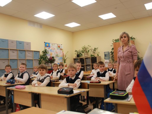 «Единая Россия» передала школе Солнечногорска 150 парт