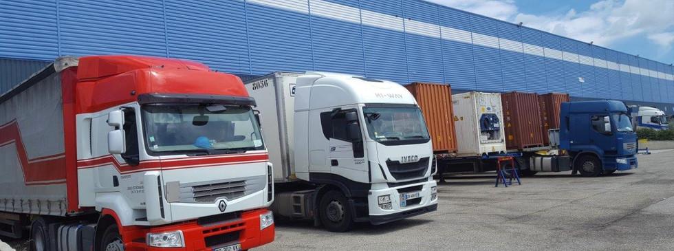 Camions à quai