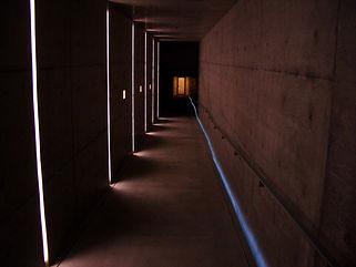 地中美術館通路 間接照明