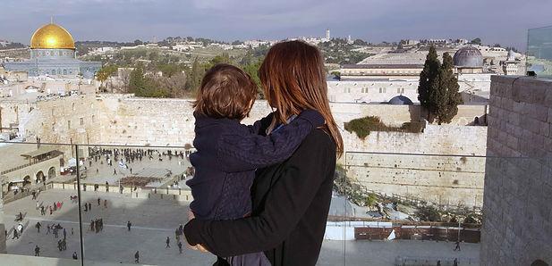 אישה עם ילד.jpg