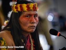 Daniel Cima para CIDH, 2015   Lideresa indígena Huaorani en audiencia sobre el caso de los pueblos indígenas en aislamiento voluntario Tagaeri  y Taromenani en Ecuador. 156 Período de Sesiones.  Exhibición permanente. Colección CIDH.
