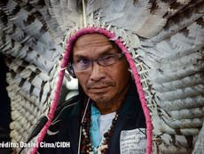 Daniel Cima para CIDH, 2017  Líder indígena en audiencia pública de la CIDH sobre el derecho al territorio de los pueblos indígenas y comunidades amazónicas en Brasil. 161 Período de Sesiones.  Exhibición permanente. Colección CIDH.
