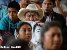 Daniel Cima para CIDH, 2015  Familiares de los 43 estudiantes desaparecidos en reunión con delegación de la CIDH en la Escuela Rural Normal de Ayotzinapa, Guerrero, México.  Exhibición permanente. Colección CIDH.