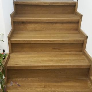 Scară lemn cu trepte, contratrepte şi plintă