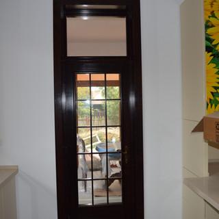 Uşă lemn masiv de interior cu grilaj şi sticlă