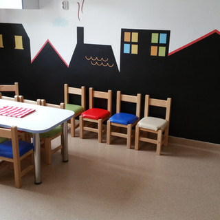 Mese şi scaune din lemn masiv