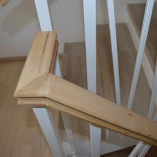 Scară din lemn masiv cu mână curentă