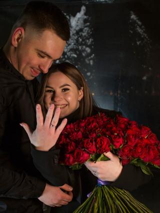 Предложение руки и сердца в уютный зимний вечер на крыше в Киеве