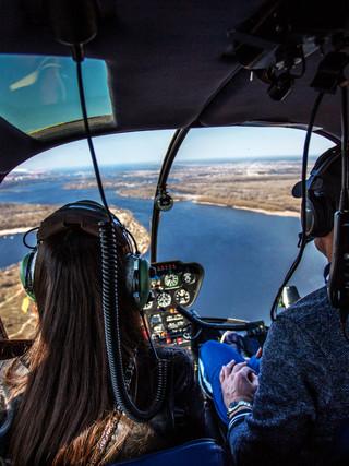 Романтическое предложение руки и сердца в небе на вертолете