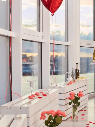 Романтический ужин в красивой панорамной фотостудии
