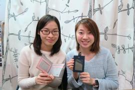 lokyourheart皮革專門店的客人完成皮革課程後拿著皮革制成品合照