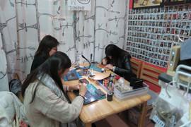 lokyourheart皮革專門店的客人完成皮革課程後拿著皮革制成品開心地合照