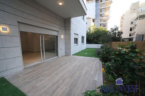 Квартира в новостройке с большим садом в центре Нетании