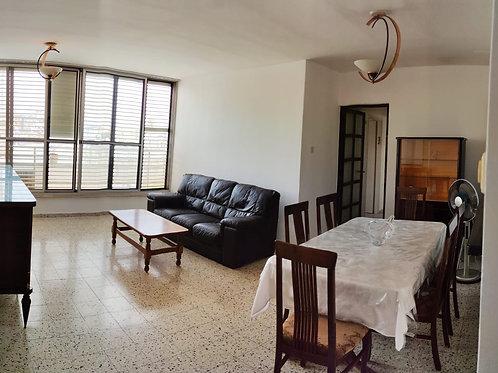 В аренду в центре Нетании 4-х комнатная квартира частично с мебелью
