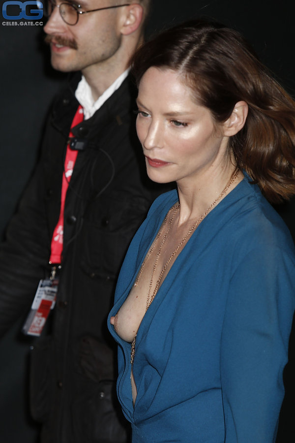 sienna guillory tit slip