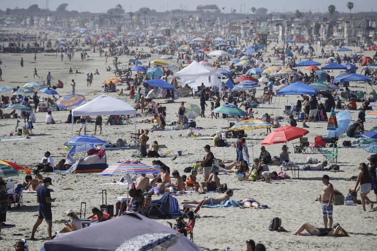 ludzie na plaży plaża wakacje urlop