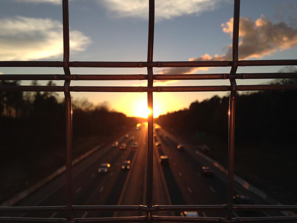 autostrada płot siatka ulica ruch uliczny słońce wschód