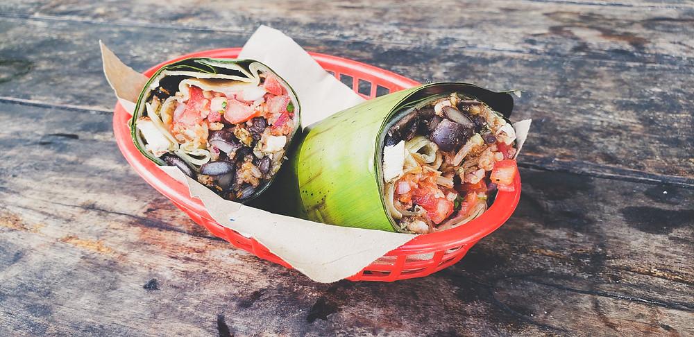 klasyczne burrito zawinięte w liść palmowy w Tulum w Meksyku