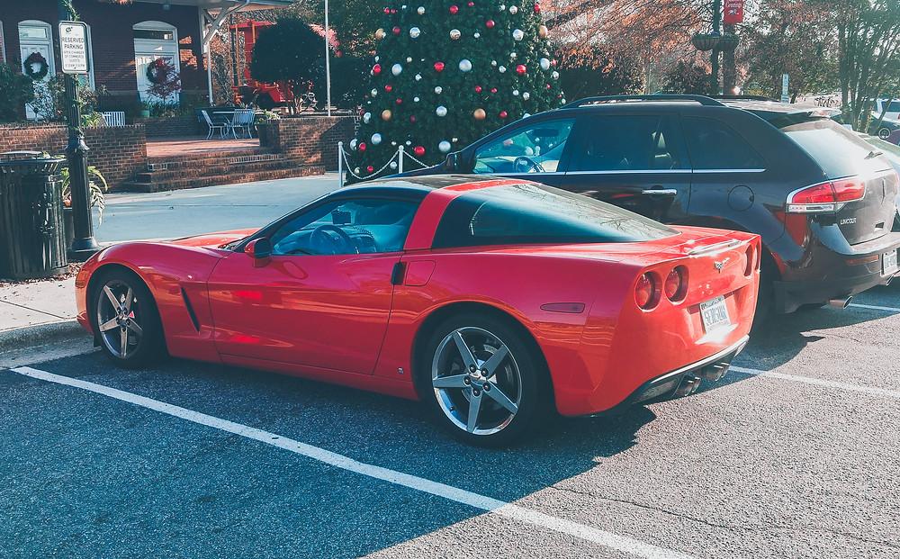 czerwony chevrolet corvette na parkingu