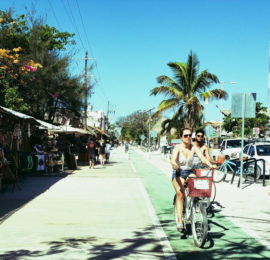 Avenida Tulum sklepy i rowerzyści, główna ulica w Tulum w Meksyku