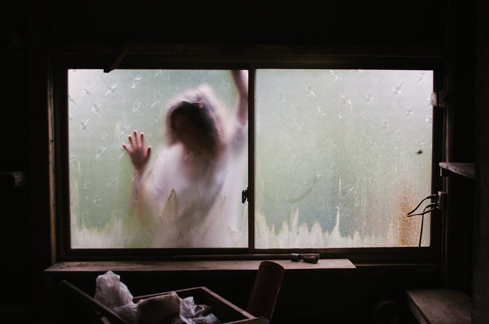 okno window postać osoba kobieta demon