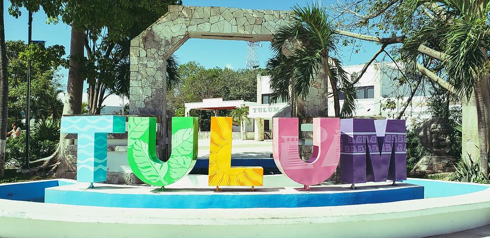 wielkie litery tworzące napis Tulum w centrum miasta
