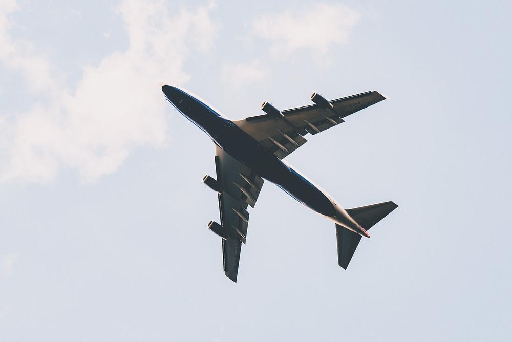 lądujący samolot widziany z ziemi