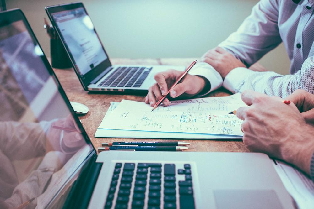 biurko laptop wykresy notatki praca ludzie długpois robota work