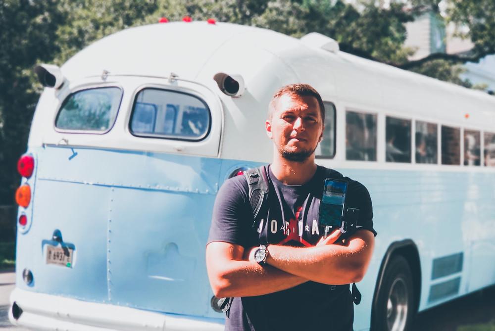 stary autobus i mężczyzna
