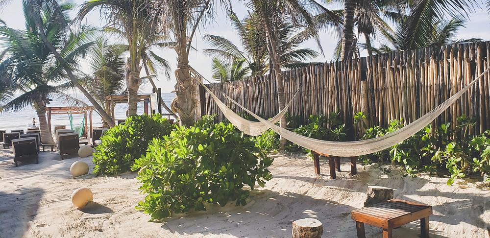 hamaki i leżaki w hotelu przy morzu karaibskim