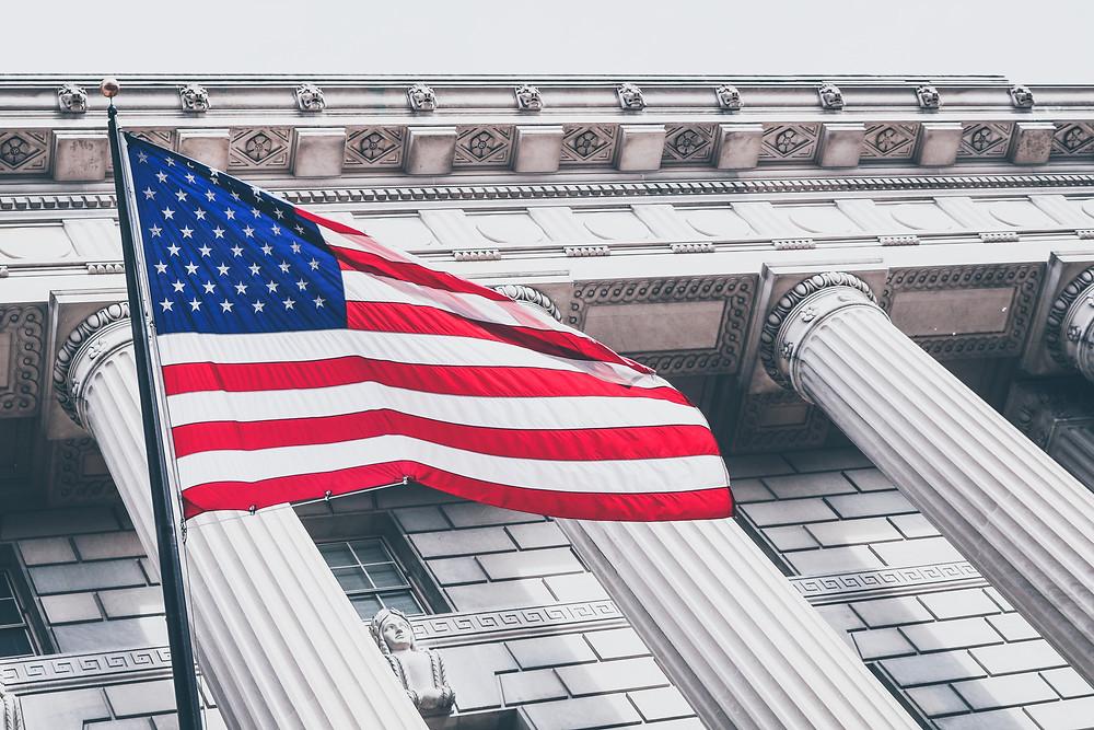 flaga usa na tle budynku rządowego
