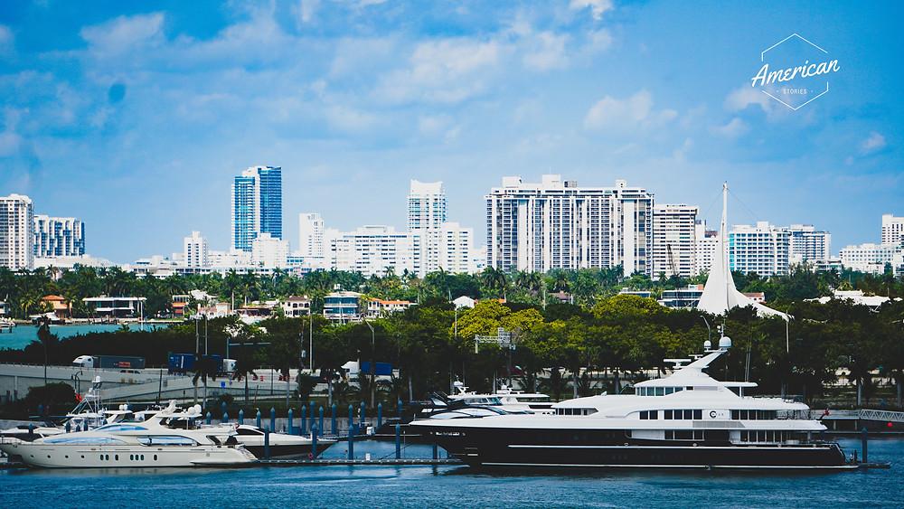 panorama miami z jachtami i budynkami