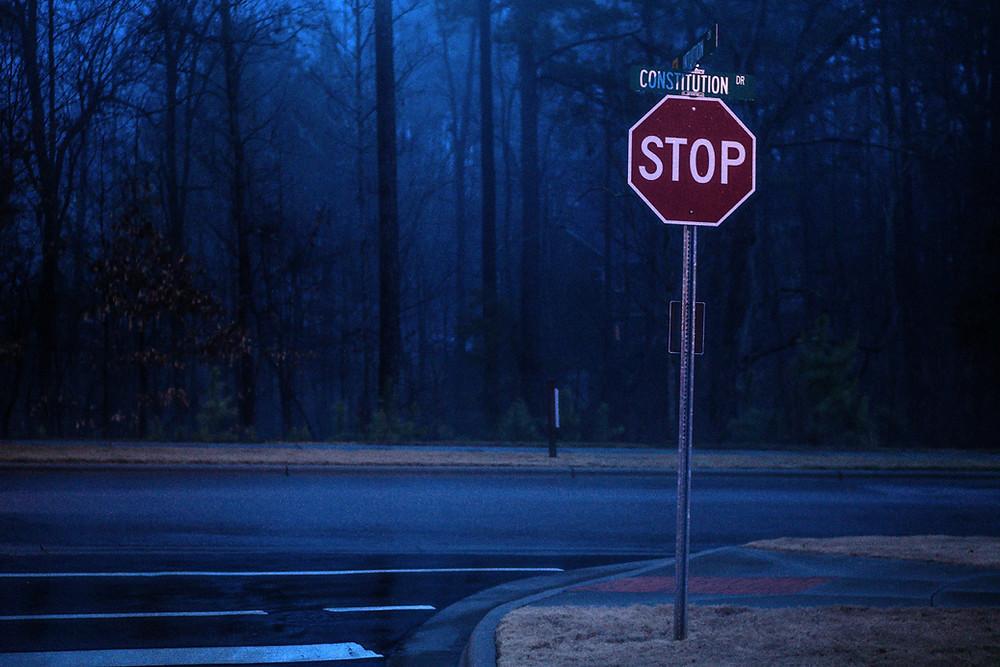 znak STOP przy skrzyżowaniu w USA