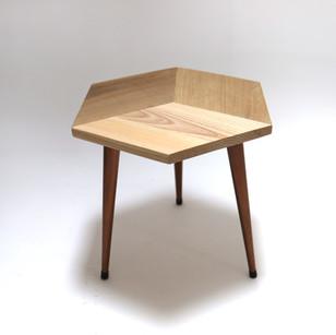 table_hexagone_pieds_cuivrés.JPG