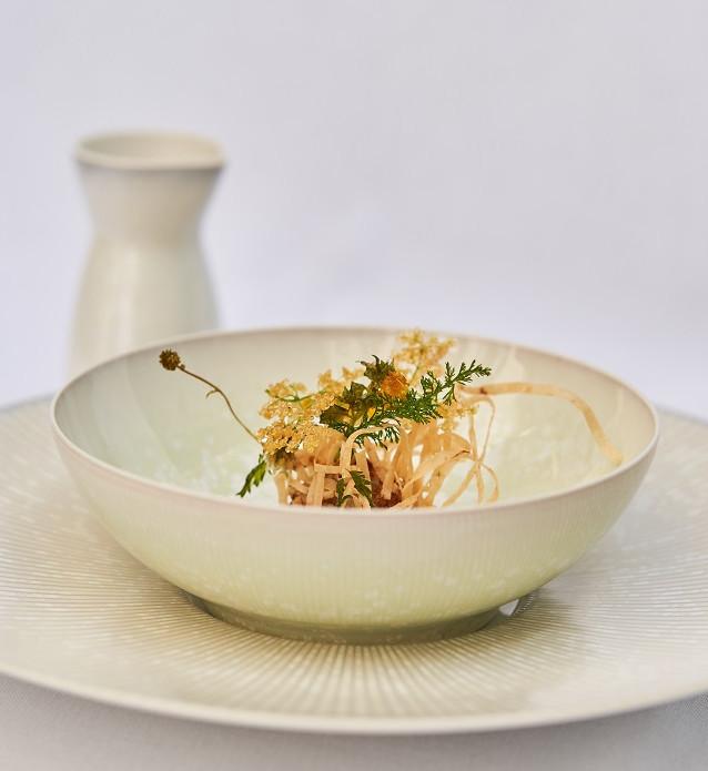 Sommersuppe mit Entengebäck und frittierten Blüten