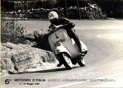 Argilli-1967 Motogiro-In piega con Vespa.jpg