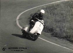 Argilli-1967 Motogiro-In piega con Vespa1.jpg