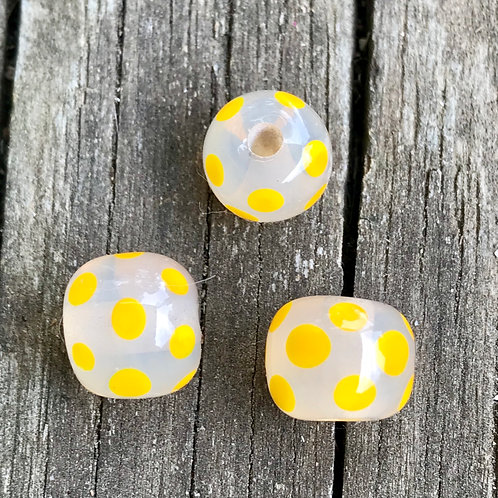 Yellow polka dot beads (1)