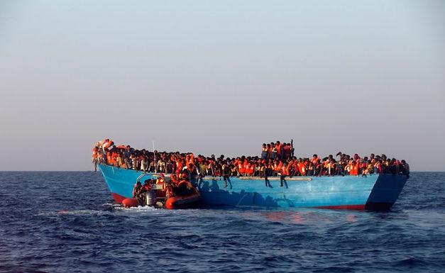 Capitão Muçulmano Lança ao Mar Refugiados Cristãos porque Eles Oravam