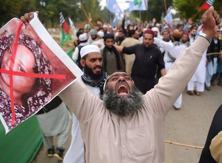 Radicais Islâmicos espancam Cristãos nas ruas para vingar soltura de Asia Bibi