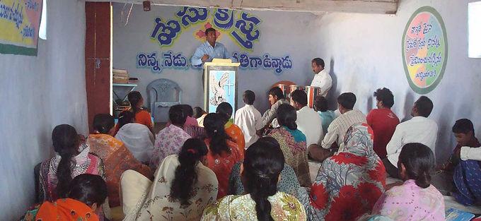 Radicais hindus invadem igreja e forçam pastor a adorar falsos deuses