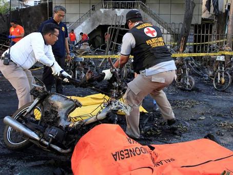 Indonésia: Família Suicida Incluindo uma Criança de 9 Anos ataca Igrejas