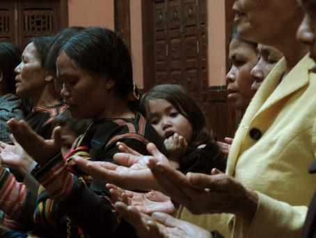 A Mãe do homem que matou um Pastor Converte-se a Jesus no Vietname.