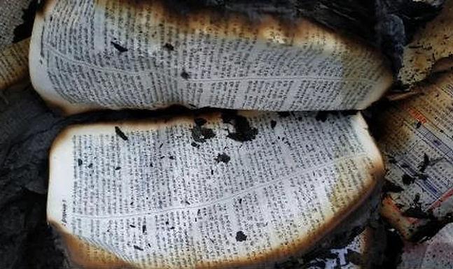 Radicais hindus espancam cristãos e queimam Bíblias na Índia