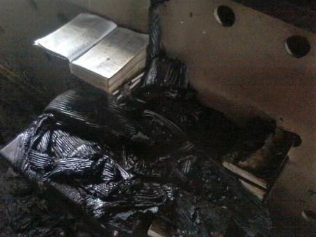 Igreja do Quirguistão é Queimada e a Bíblia que estava no Altar Permanece Intacta