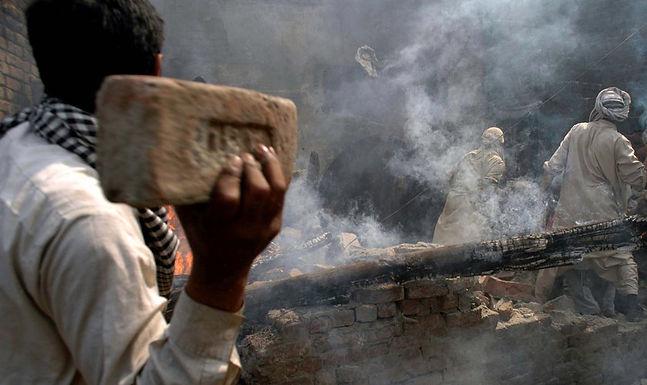 Mãe e filhos de cristão são queimados até a morte por radicais muçulmanos, em Uganda