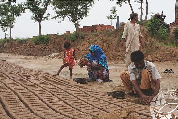 Cristãos trabalham como escravos em fornos de tijolos no Paquistão