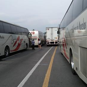 Bloqueo en la autopista Acapulco - Cuernavaca provoca retraso de más de 3hrs en turistas