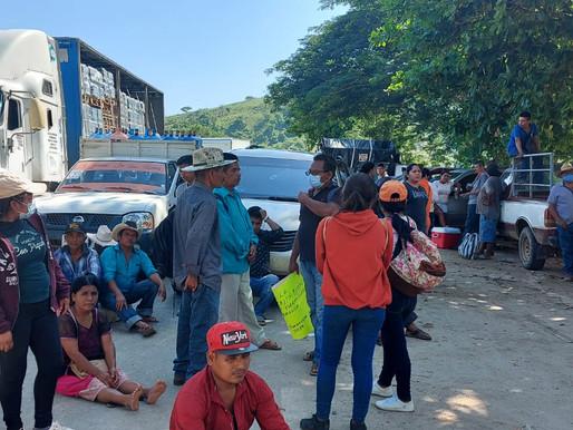 Bloquean Carretera de San Juan de los Llanos Igualapa exigiendo pavimentación de carreteras.