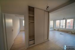 Skříň a obývací pokoj